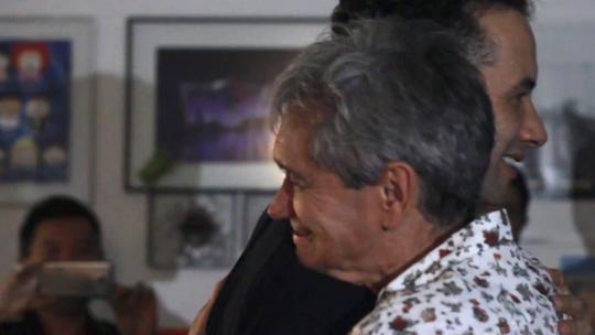 Marco Luque ganha festa surpresa com Maiara & Maraisa nos bastidores do 'Altas Horas'