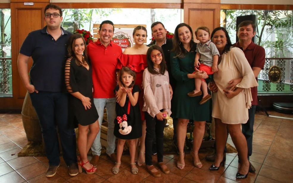 Casal tem uma 'grande família' de quatro filhos, uma nora, dois genros e três netos — Foto: Ana Lúcia Silveira Borela