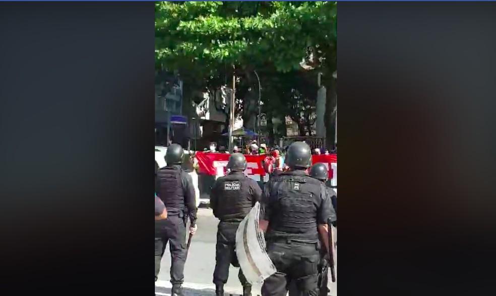 """PM diz ao deputado federal Daniel Silveira que mandou amigos queimarem faixa com frase """"Democracia Rubro-Negra"""" — Foto: Reprodução/Facebook"""