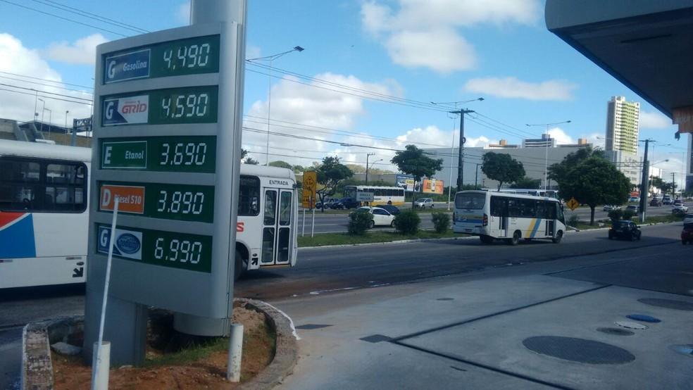 Postos em Mirassol e Ponta Negra, na Zona Sul de Natal, vendem litro de gasolina a R$ 4,49 (Foto: Julianne Barreto/Inter TV Cabugi)