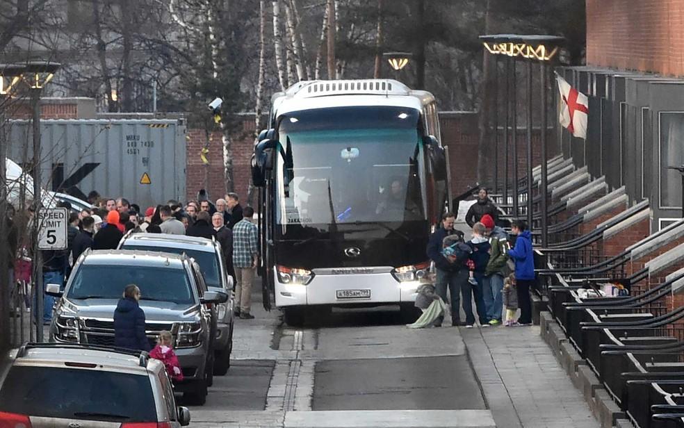 Diplomatas americanos e suas famílias deixam embaixada de Moscou em ônibus (Foto: Vasily Maximov / AFP Photo)