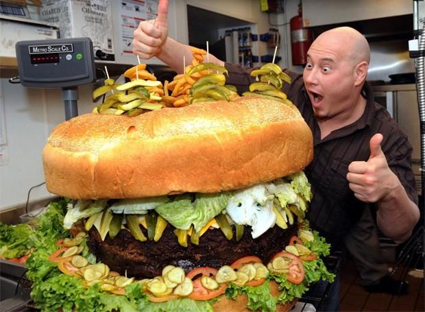"""Steven Mallie já havia entrado no Guinness Book com hambúrguer """"menor"""", de 64kg (Foto: Divulgação)"""