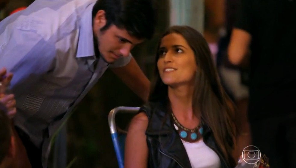 Carol (Maria Joana) arma encontro entre Juliano (Bruno Gissoni) e Natália (Daniela Escobar) - 'Flor do Caribe' — Foto: Globo
