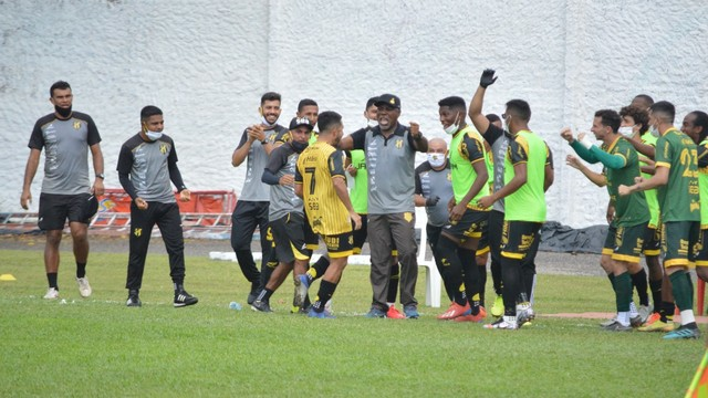Lukinha comemora gol para o Castanhal contra o Fast