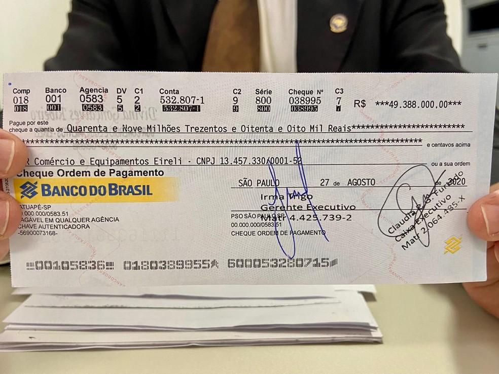 Trio foi preso após tentar compensar cheque clonado de R$ 49,3 milhões em agência bancária de Fortaleza. — Foto: Wânyffer Monteiro/TV Verdes Mares