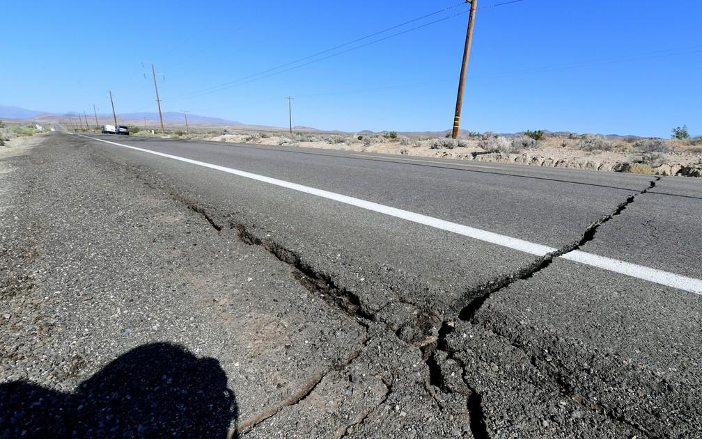 Rachaduras em estrada ao norte de Ridgecrest — Foto: Frederic J. Brown / AFP Photo