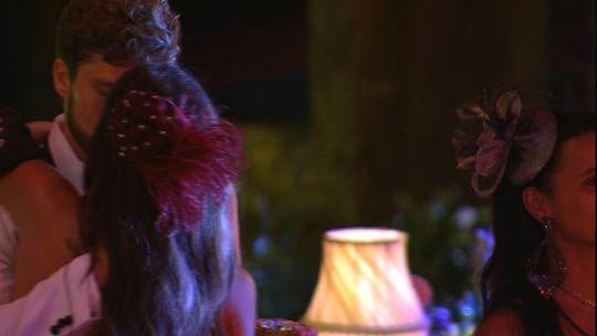 Paula e Breno se beijam enquanto Ayrton canta
