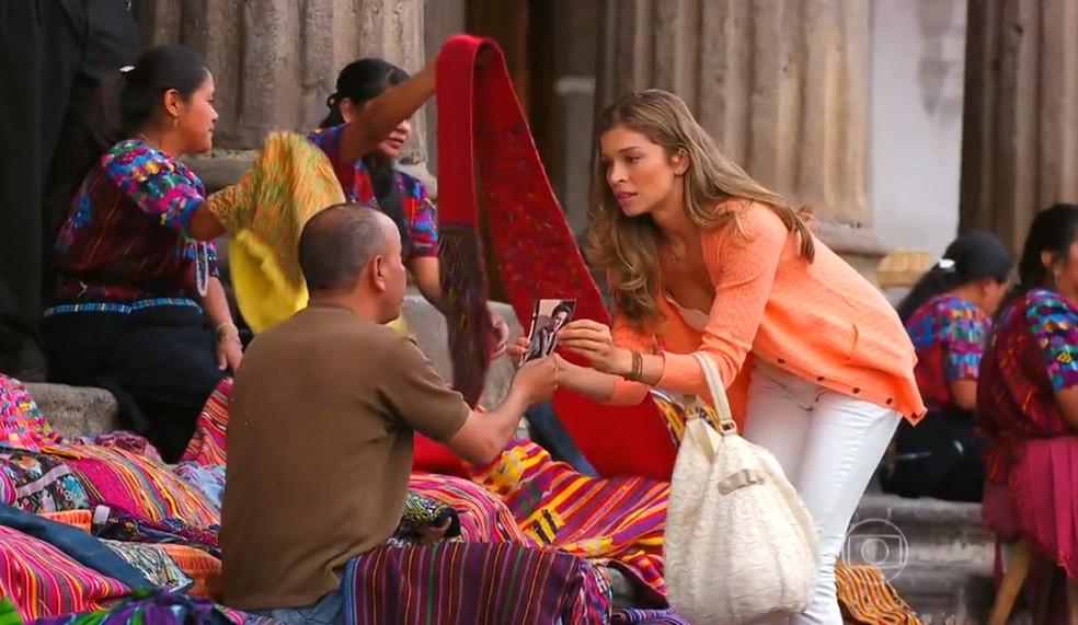 Ester (Grazi Massafera) procura por Cassiano (Henri Castelli) no Caribe — Foto: Globo
