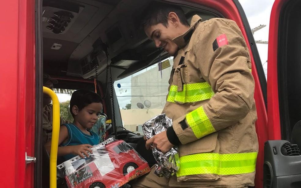Bombeiros do 4ºBPM receberam cartinha e foram até a casa do menino entregar os presentes de Natal (Foto: Saulo Laurentino/Corpo de Bombeiros)