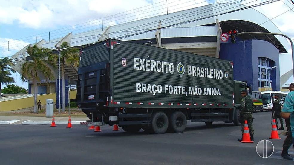 Caminhão do Exército chega ao ginásio Pedro Ciarlini, base da Operação Potiguar III em Mossoró (Foto: Reprodução/Inter TV Cabugi)
