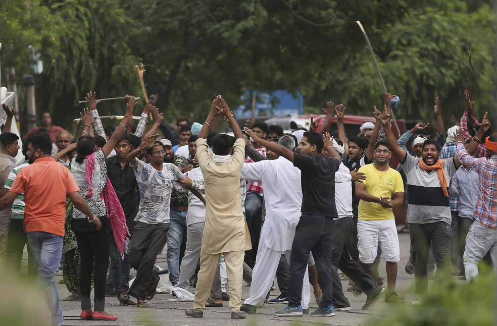 Confusão após condenação de guru indiano por estupro (Foto: AP Photo/Altaf Qadri)