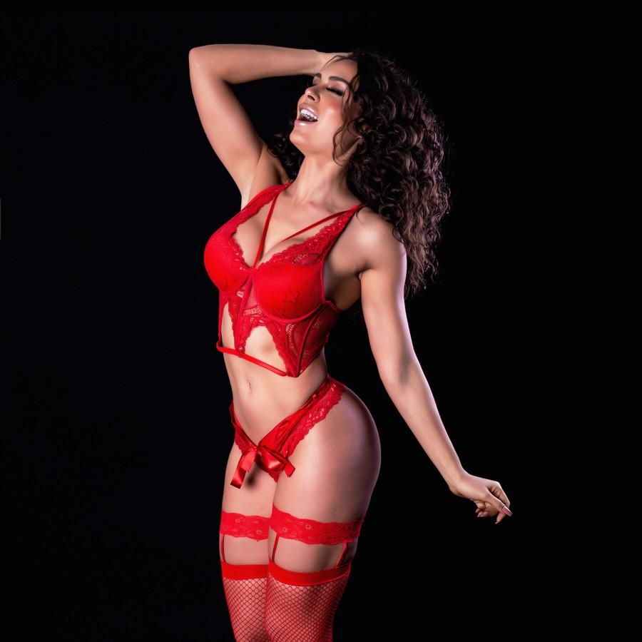 A Mendigata fez um ensaio sensual de lingerie para celebrar o novo visual. (Foto: Divulgação)