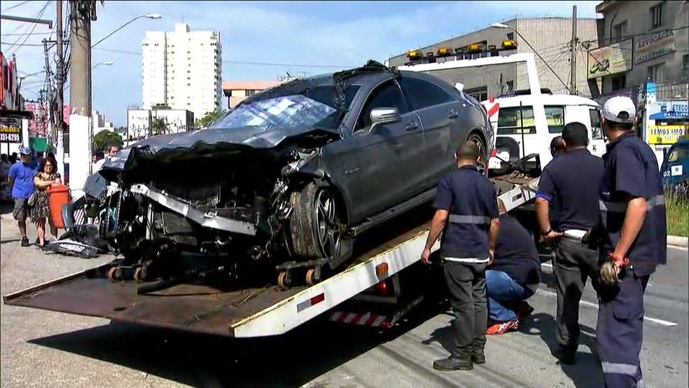 Mercedes-Benz envolvido no acidente na Rodovia dos Imigrantes é guinchado (Foto: TV Globo/Reprodução)