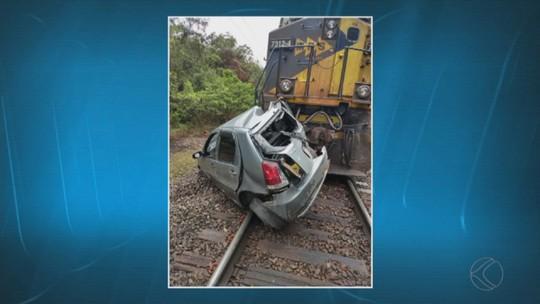 Carro é arrastado por trem na AMG-420 entre Ressaquinha e Senhora dos Remédios