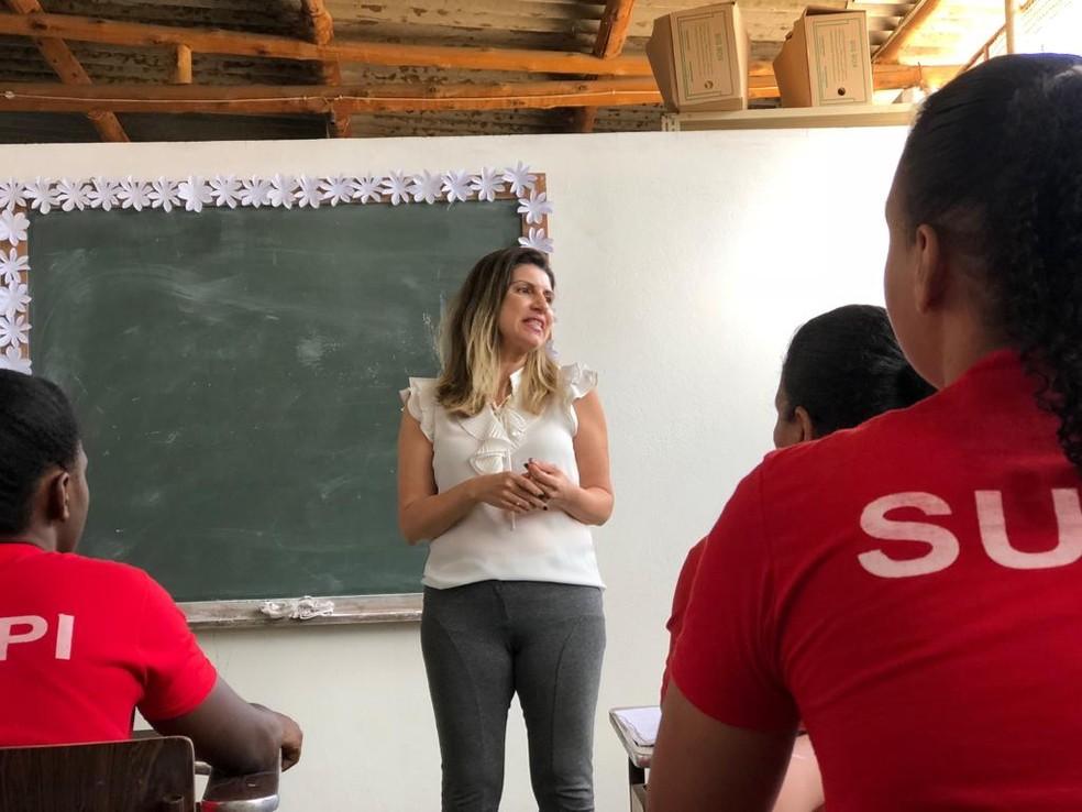Nas salas de aula, custodiadas têm acesso a educação e podem se formar de dentro do presídio — Foto: Juliana Gorayeb/G1