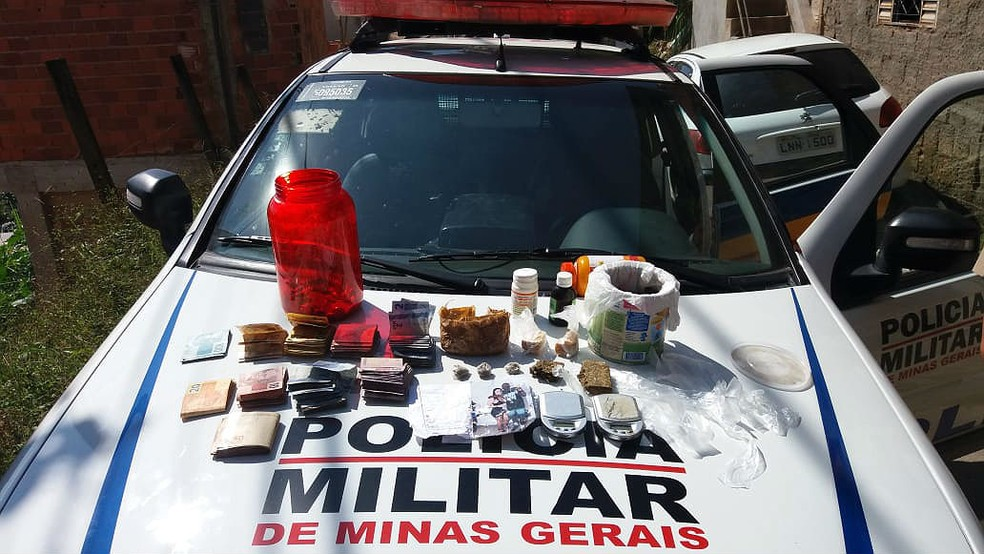 Dinheiro, drogas e materiais apreendidos pela PM no Bairro Nossa Senhora de Lourdes durante a operação Epílogo em Juiz de Fora — Foto: Polícia Militar/Divulgação