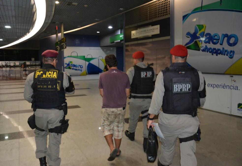 Policiais militares de Pernambuco levaram Tiago para a delegacia da Polícia Federal no Aeroporto Internacional do Recife/Gilberto Freyre (Foto: PF/Divulgação)