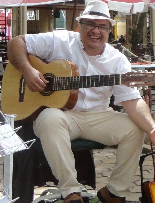 """""""Em uma semana, qualquer pessoa consegue tocar dezenas de músicas"""", diz Casteluzzo (Foto: Arquivo pessoal via BBC)"""