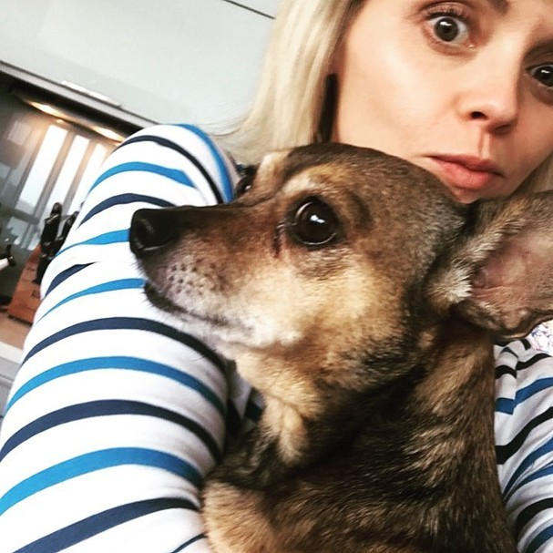 Christina Ricci e seu cachorrinho (Foto: Instagram/Reprodução)