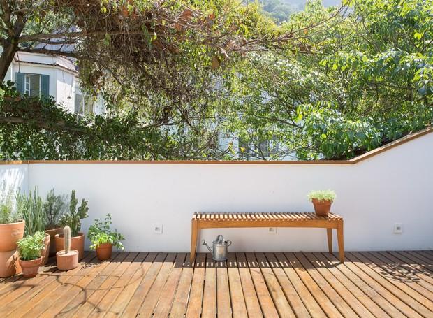 Plantados em vasos, ervas e temperos aproveitam o sol para crescer. Mais tarde elas incrementam as receitas dos moradores (Foto: Joana França/Divulgação)