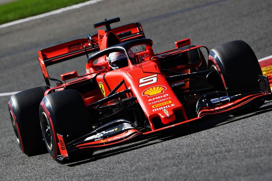 Na volta das férias da Fórmula 1, Vettel lidera primeiro treino na Bélgica, e Hamilton tem problema