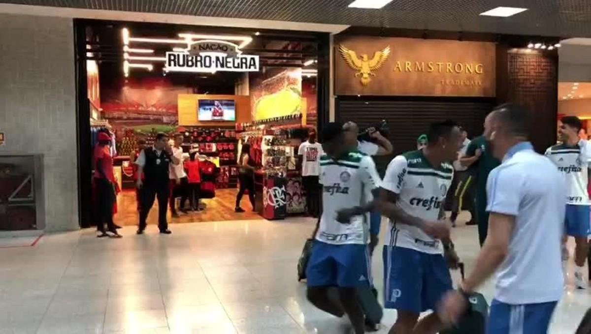 Tem Na Web - Jogadores do Palmeiras brincam em frente à loja do Flamengo no aeroporto Santos Dumont; vídeo