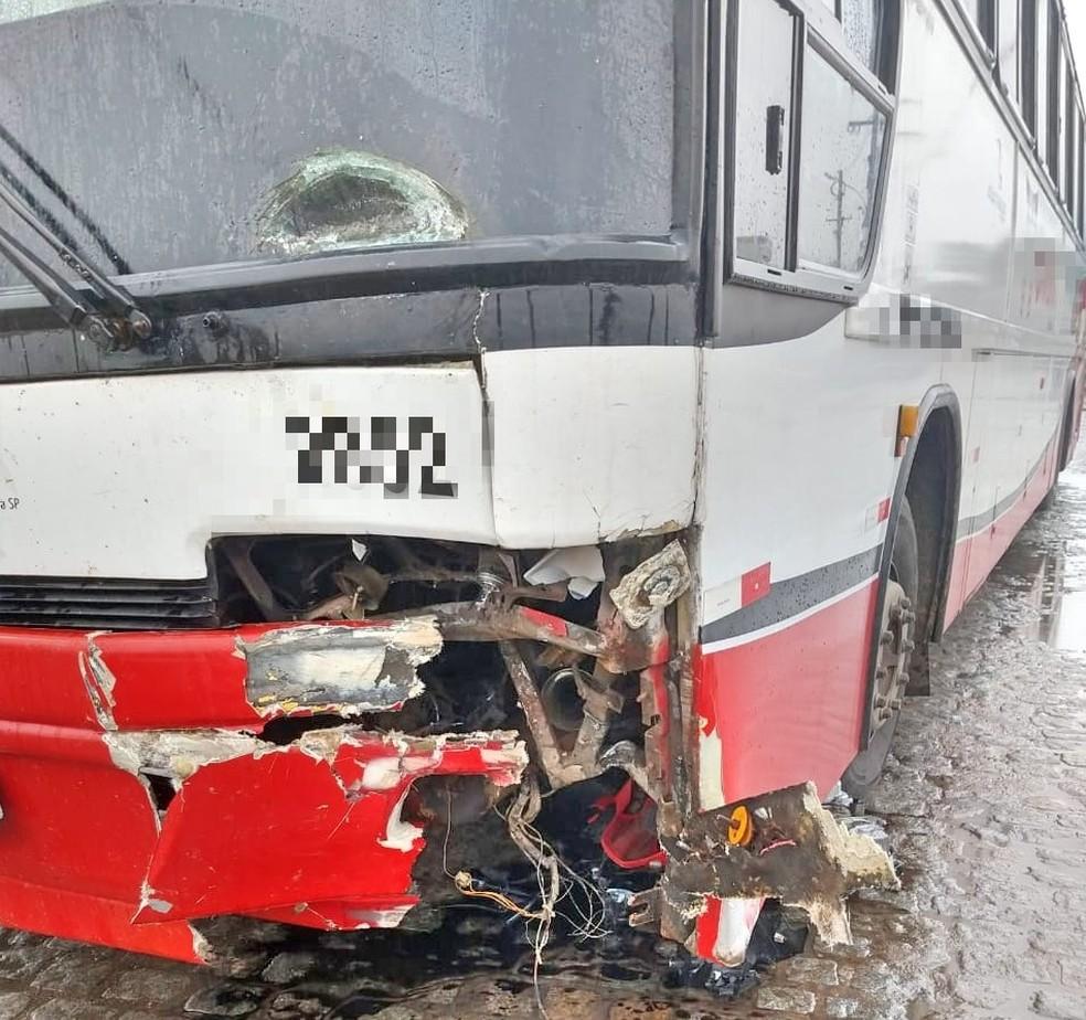 Ônibus colidiu em moto na BR-232, em Belo Jardim — Foto: PRF/Divulgação