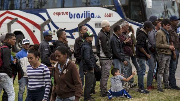 Migrantes venezuelanos aguardando atendimento em um campo improvisado em Bogotá, na Colômbia. Migrantes venezuelanos aguardando atendimento em um campo improvisado em Bogotá, na Colômbia (Foto: AFP via BBC)