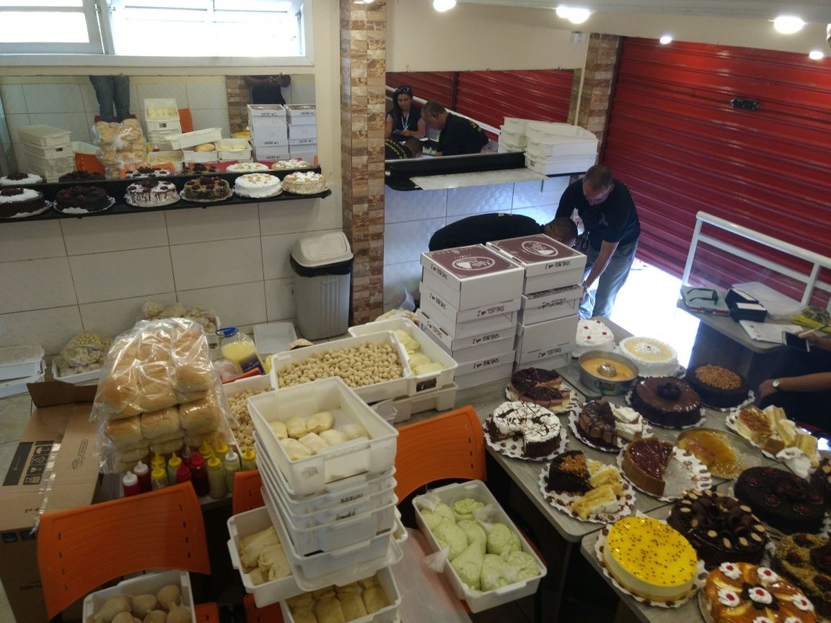 Cerca de 150 kg de salgados, bolos e doces terão que ser descartados após operação do Procon em Arraial do Cabo, no RJ