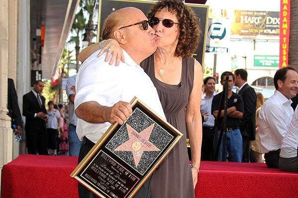 Danny DeVito conheceu a atriz Rhea Perlman em 1971, através de um amigo que os dois tinham em comum. Duas semanas após o encontro, o casal passou a morar debaixo do mesmo teto. Eles se casaram em 1982 e continuam firmes e fortes. (Foto: Getty Images)