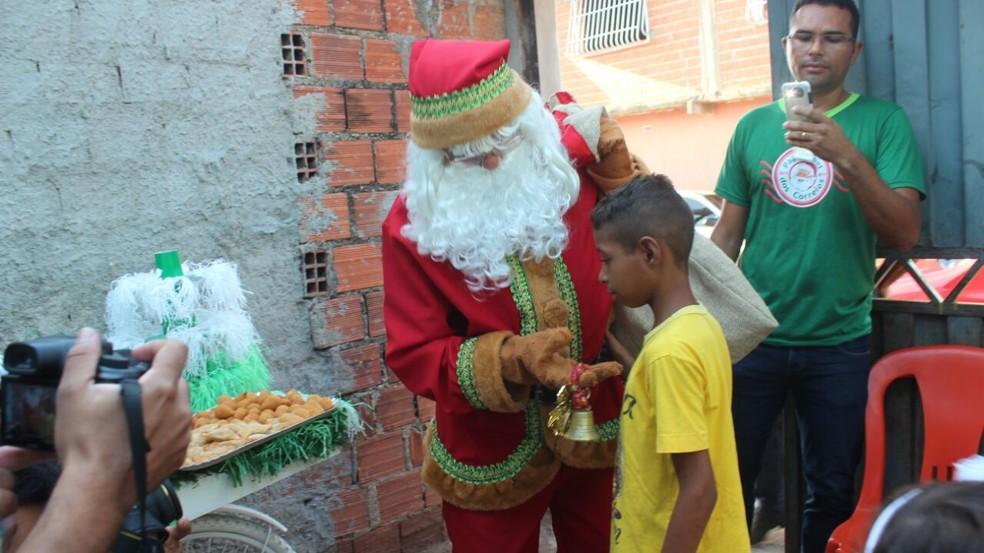 Papai Noel também se emocionou na entrega de presentes (Foto: Andrê Nascimento / G1 PI)