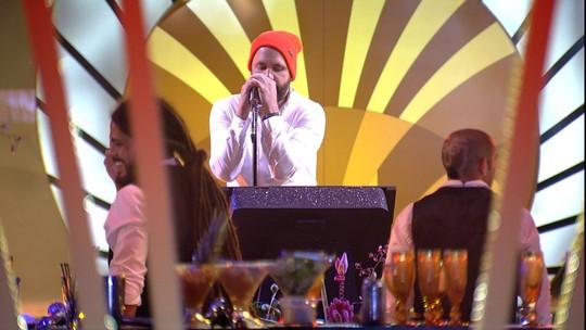 Caruso canta música do Red Hot Chili Peppers no karaokê da festa