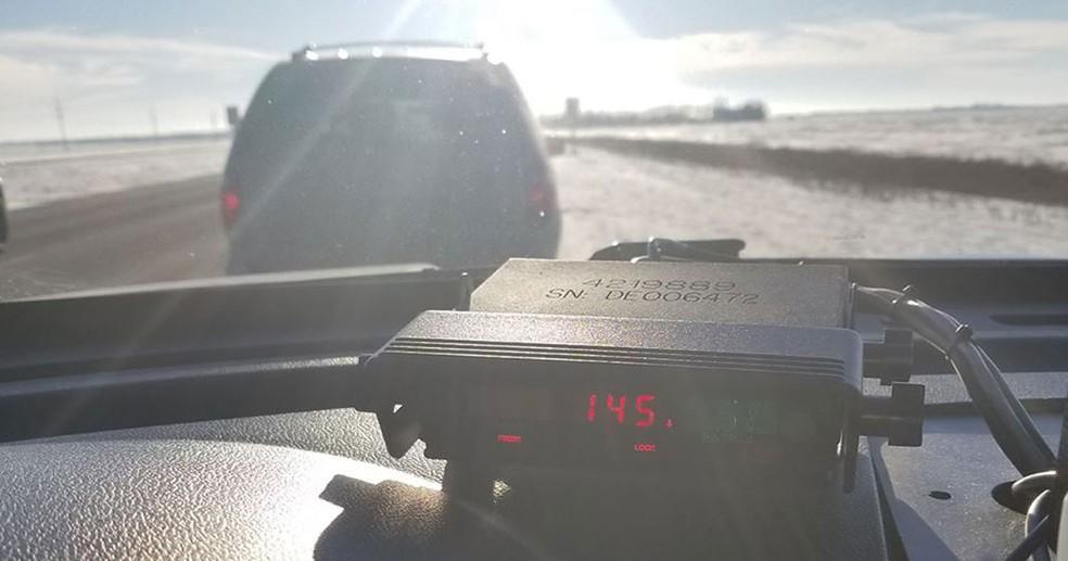 Motorista canadense flagrado a 145 km/h põe culpa em música do Motley Crüe — Foto: Royal Canadian Mounted Police/Facebook