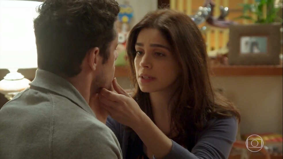 Shirlei (Sabrina Petraglia) cuida dos machucados de Adônis (José Loreto)  — Foto: Globo