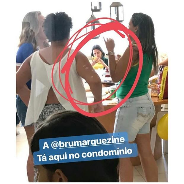 Bruna Marquezine é fotografada por fãs no condomínio  (Foto: Reprodução/Instagram)
