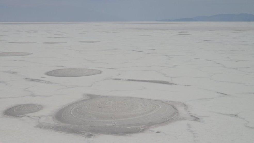 A costa sul do Lago Poopó é coberta por uma espessa camada de sal (Foto: BBC)
