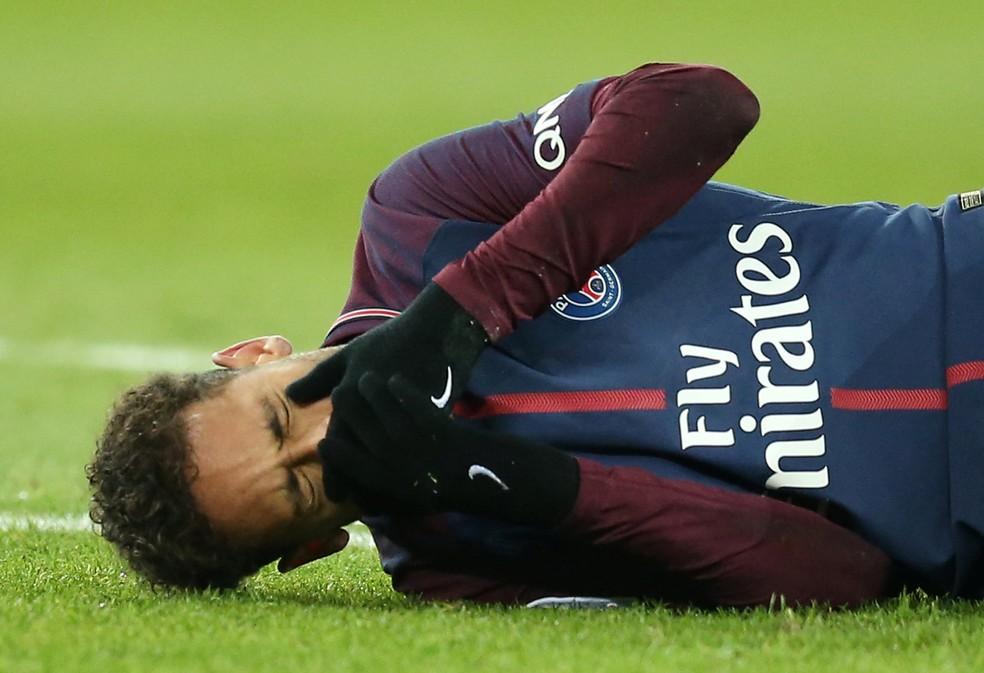 Neymar chora após lesão em campo (Foto: Reuters)