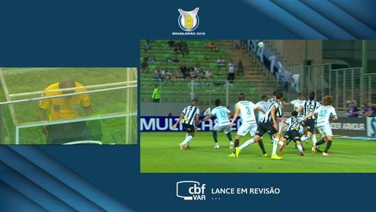 Pênalti para o Atlético-MG! Após VAR, árbitro vê falta de Galhardo em Luan, aos 47' do 1º Tempo
