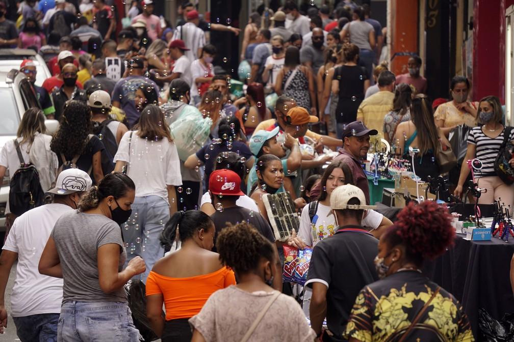 Movimentação intensa de consumidores na Rua 25 de março, área de comércio popular no centro de São Paulo, nesta segunda-feira (14) — Foto: Cris Faga/Estadão Conteúdo