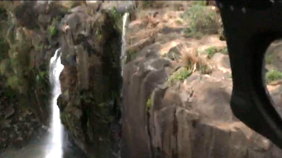 Duas jovens de 19 anos morreram ao caírem de cachoeira em Lages, SC — Foto: Águia PM/Reprodução