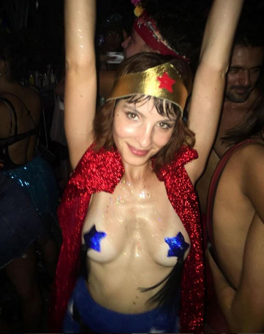 A atriz Giselle Batista usou um adesivo em forma de estrela para compor sua fantasia de carnaval (Foto: Reprodução/Instagram/Giselle Batista)