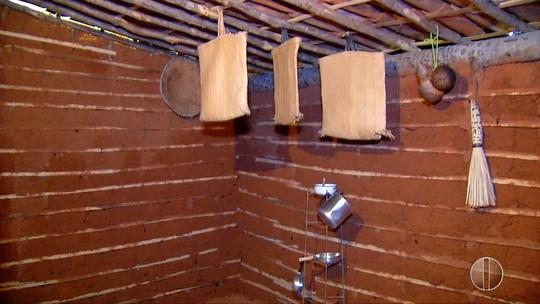 Símbolo do sertão, casa de taipa é construída no Centro de Apodi, RN