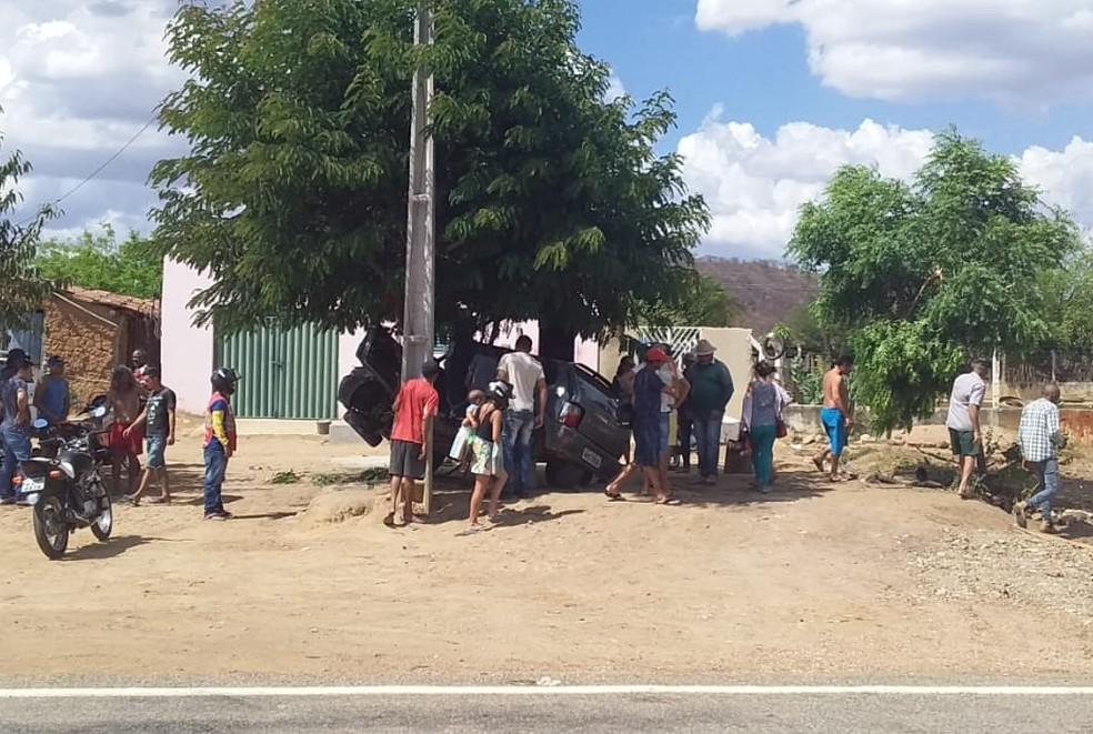 Após capotar várias vezes, veículo só parou após se chocar com uma árvore às margens da rodovia — Foto: Arquivo pessoal