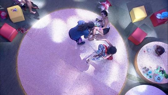 Gabriela e Carolina têm crise de riso e se jogam no chão
