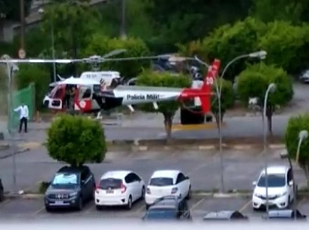 Helicóptero Águia da PM, que transportava um coração para transplante, bateu contra uma luminária do Hospital Pirajussara, em Embu das Artes — Foto: Reprodução/Redes sociais