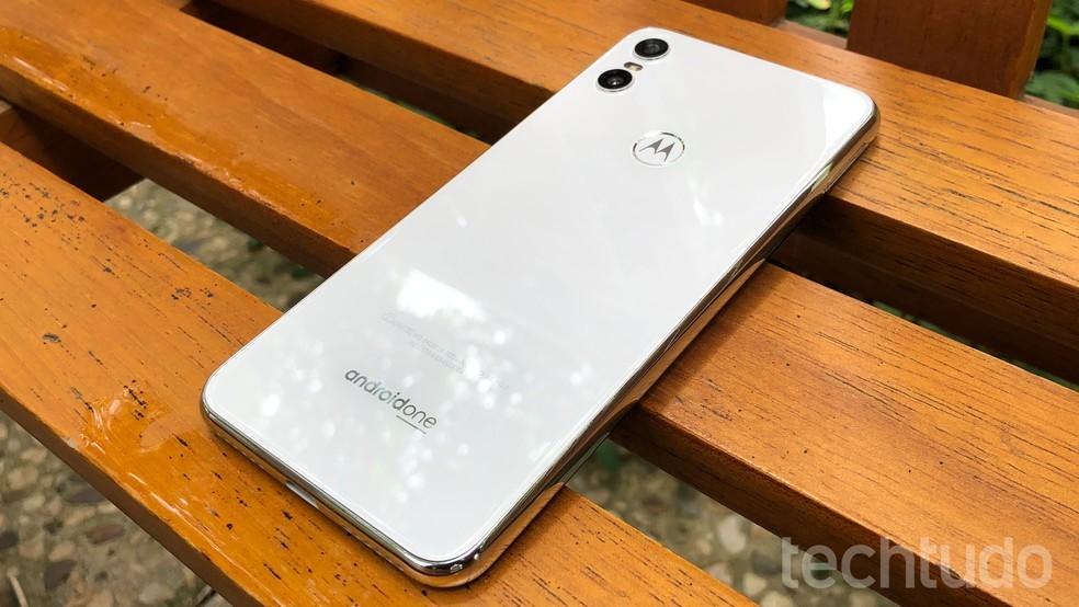 Motorola One tem câmera dupla e leitor de impressões digitais na traseira — Foto: Thássius Veloso/TechTudo