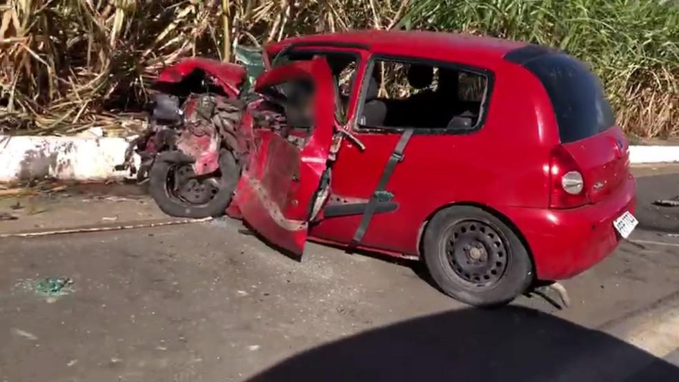 Motorista de carro envolvido em acidente na BR-408, em Aliança, na Zona da Mata de Pernambuco, faleceu no local, de acordo com a PRF — Foto: Reprodução/WhatsApp