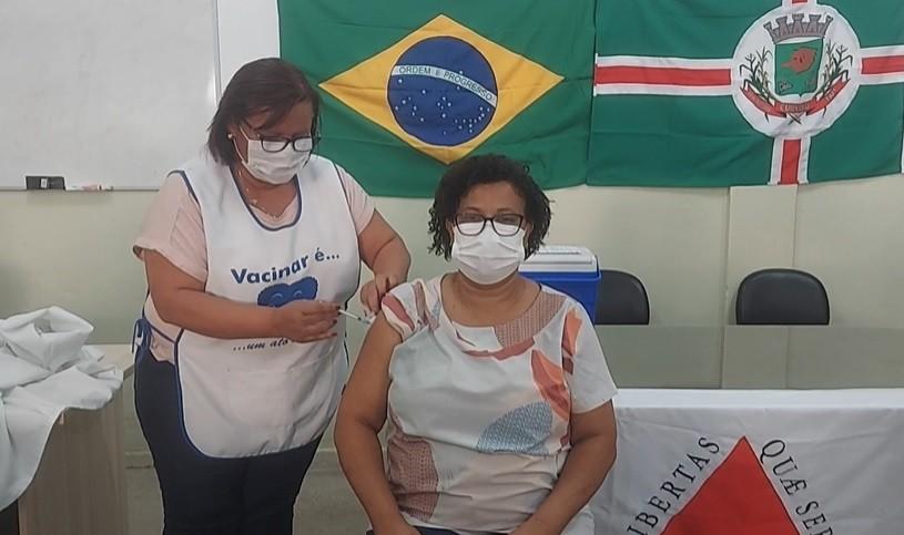 'Vacina é o meio de saúde mais completo que existe', diz técnica de enfermagem que está entre os primeiros imunizados de MG