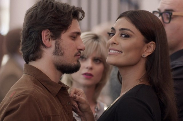 Rafael (Daniel Rocha) e Carolina (Juliana Paes) em 'Totalmente demais' (Foto: TV Globo)