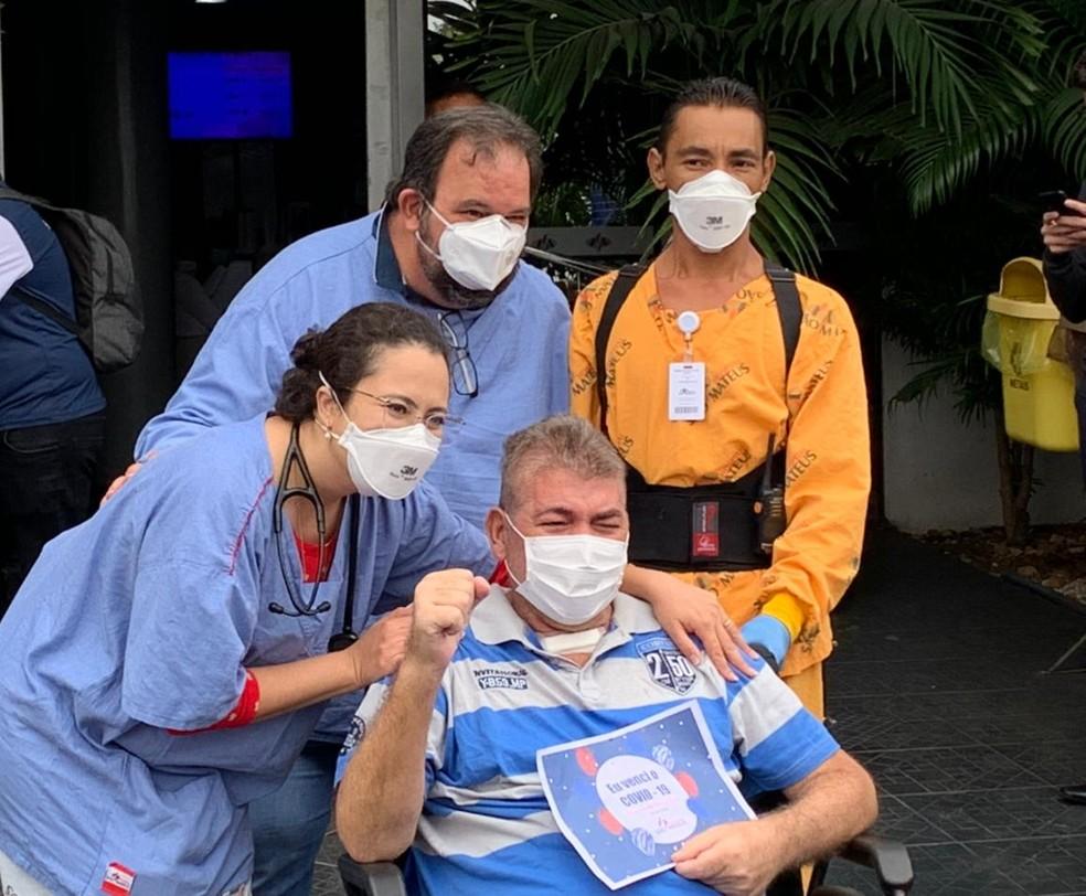 Marcelo Brito e os profissionais de saúde que o ajudaram na recuperação — Foto: Arquivo pessoal